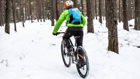 SKOGENS RO: Aslak Mørstad er en ivrig vintersyklist, men passer på å ikke fryse. Med seg i sekken har han for eksempel alltid med seg en god og varm dunjakke. Foto: Christian Nerdrum