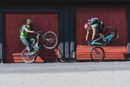 Programleder og sykkelekspert Aslak Mørstad møtte Eirik Ulltang, som en av Norges beste trialsyklister, for å snakke om oppvarming. Foto: Christian Nerdrum