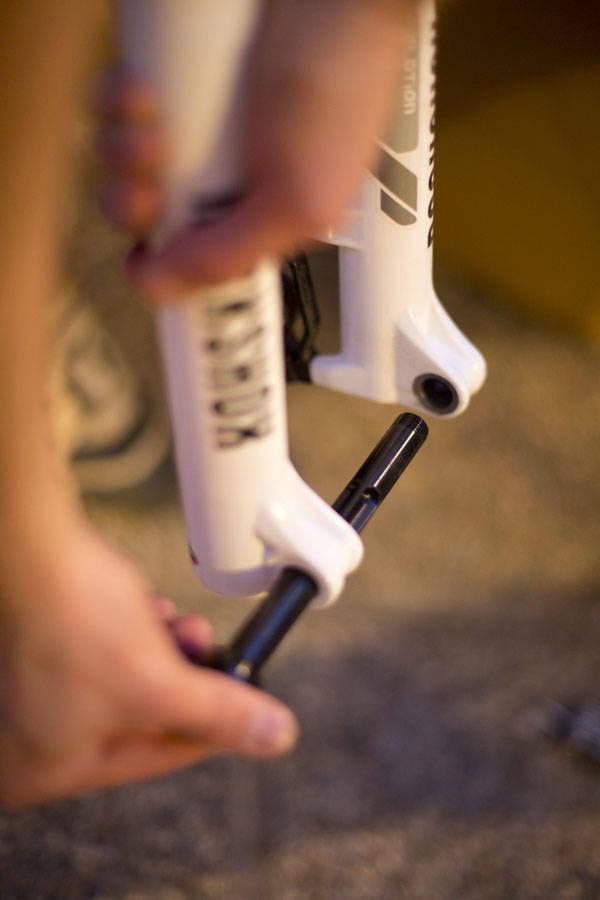 INN IGJEN: Skru akslingen inn i gaffelen så lenge du ikke har forhjulet på. Foto: Kristoffer H. Kippernes