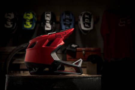 FOX PROFRAME: Fox Racings nye enduro-hjelm har fast hakebøyle, men lav vekt og god lufting.
