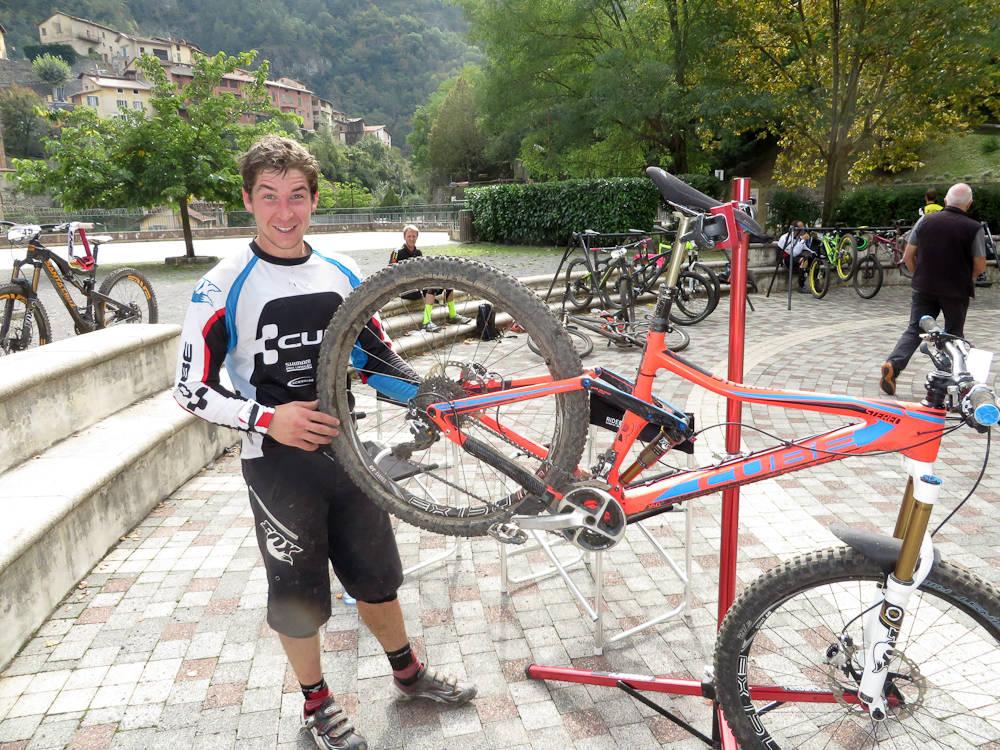 SELVGJORT: Nico Lau mekker på sykkelen sin selv. Sykkelen bærer også preg av en lang og tøff endurosesong. Han sykler på en Cube Stereo 650B med 160 mm vandring og karbonramme. Ingen fancy greier, bare ren funksjon hele veien.