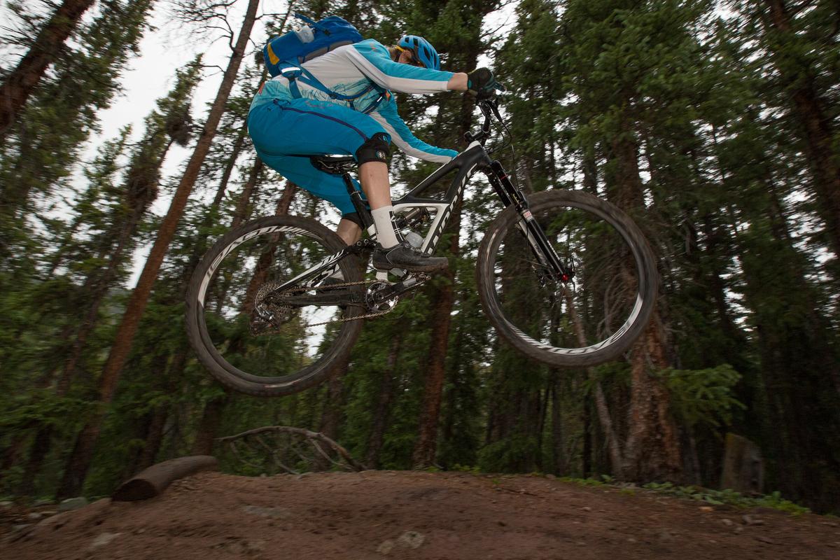 STORHJULSENDURO: Specialized er blant få som satser på enduro-sykler med 29er-hjul. Her i et opp-hopp til flatlanding: Foto: Wil Matthews