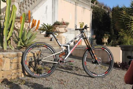GO BIG, OR GO SLOW? Santa Cruz sender Syndicate-syklistene utfor i verdenscupåpningen i Lourdes på V10-sykler med 29er-hjul.