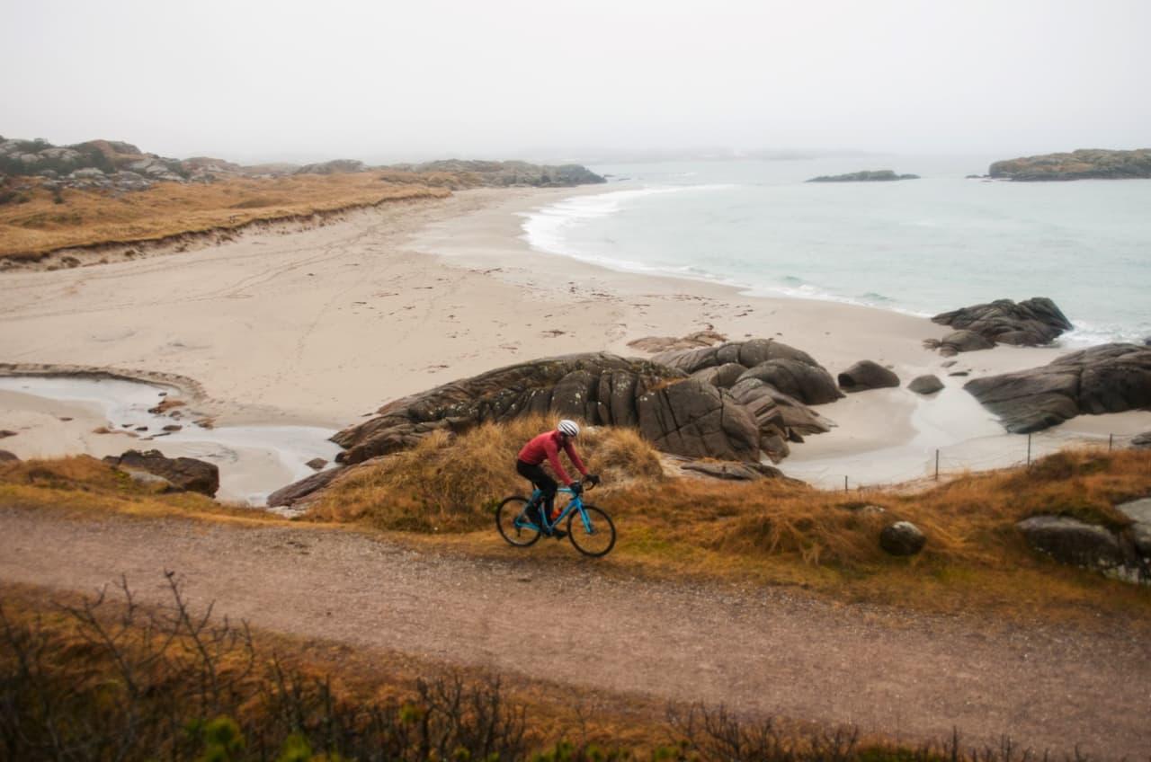 SYKKEL FOR SKI: Det er den tida av året, de mørkeste dagene som snøen skal lyse opp. En slik dag man velger sykkel for ski. Foto: Jørgen Rydheim